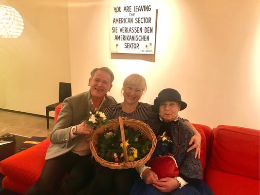 Joana(mitte) Organisation im Hintergrund, die berühmte Berliner Blumenfrau Rosemarie und Christian