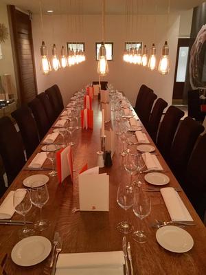 Lange Tafel mit direkten Blick in den großen Weinklima-Raum.