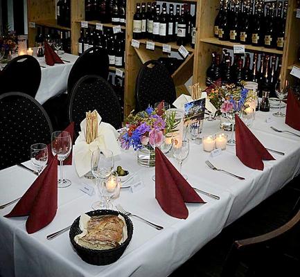 Feste feiern im Weinlager mit eigenem Tresen