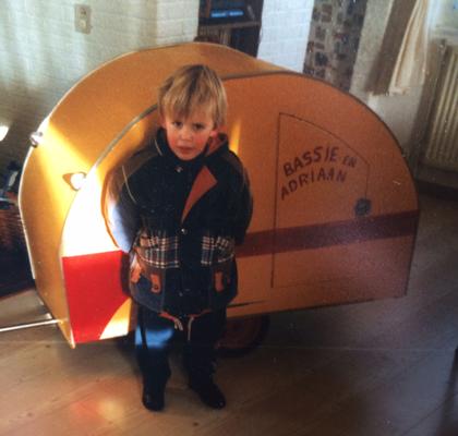 Een jeugdfoto van Bob Plooij met zijn eigen Bassie & Adriaan Caravan gemaakt door zijn opa