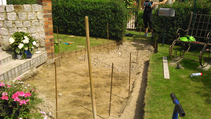 Abstecken der Höhen und Ausschachtung des Gartenweges