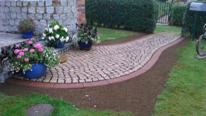 Boden anfüllen für die perfekte Rasenmähkante und Gras ansäen