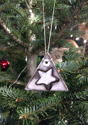 Unique triangle Christmas decoration in eartherware.