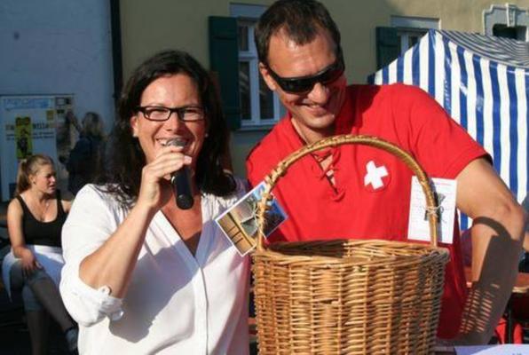 Waldershofs Erste Bürgermeisterin Friedericke Sonnemann zieht mit Vorstand André Steinmann den Gewinn des Zuger Gewinnspiels!