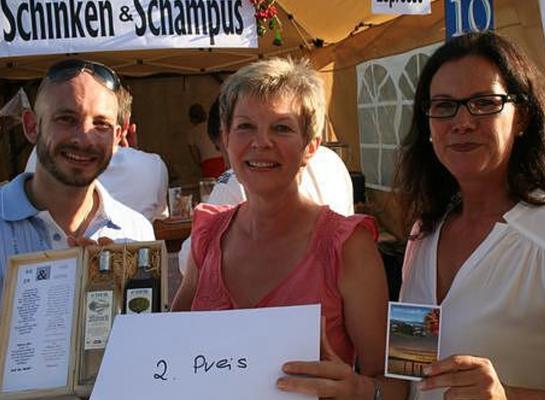 Preisübergabe durch Erste Bürgermeisterin Friedericke Sonnemann, 2. Preisgewinnerin Frau Greger und Vereinsvorstand Patrick Häuselmann (v. r.)
