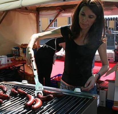 Petra Maier, Verlobte von Claus Hofmann, grillierte fleissig die Zuger Chriesiwürste, durch sie wurden die Zuger Pomme Chips besonders würzig