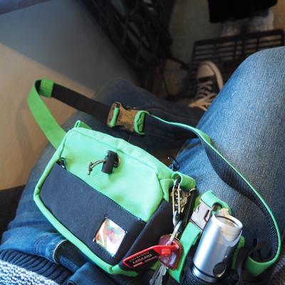 緑のボディーバッグ