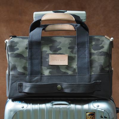 濃い緑の旅行バッグ