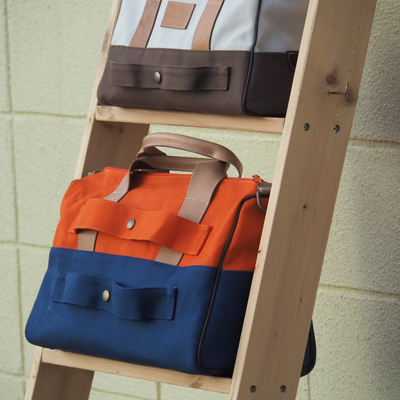 オレンジと青の旅行バッグ