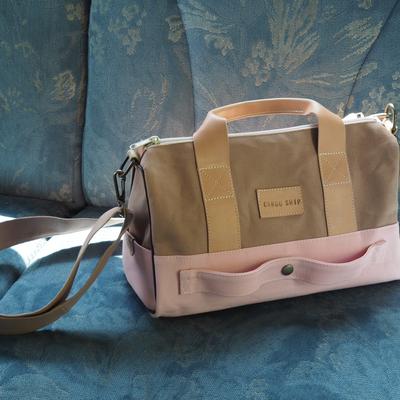 ピンクと茶色のバッグ