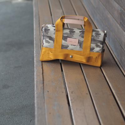 からし色の迷彩柄旅行バッグ
