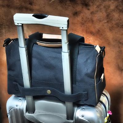 黒の旅行バッグ