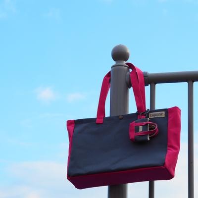 グレーとピンクのバッグ