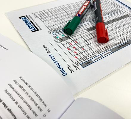 Übungs-Testbogen/-Schablone - gedruckt und eingeschweißt - zur wiederholten Verwendung. Nass und trocken abwischbar.