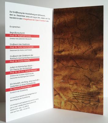 in der Innenansicht ergeben die zusammengeklappten Seiten fünf und sechs entweder einen Ausschnitt eines goldenen Amulettes mit Schriftzeichen oder .....