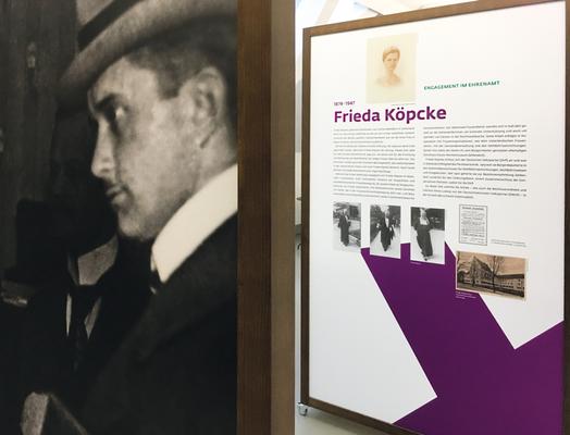 Spannungsreiche Ein- und Durchblicke entwickeln sich zwischen den Kabinen. Zwei Wahlkreuze in den Farben der englischen Suffragetten ziehen sich als Gestaltungselement durch Ausstellungsdesign und Printmedien.