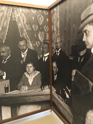Detail innen der 1. Kabine mit einem Foto aus einem Wahllokal, 19. Januar 1919. Am Tisch sitzt eine der ersten Frauen als Wahlhelferin.