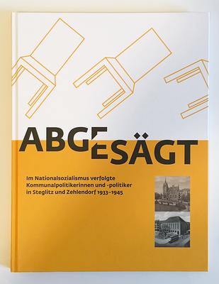 """Katalogcover zur Ausstellung """"Abgesägt"""". Die Farbe Orange und Ausschnitte der historischen Postkarten mit den Rathäusern von Steglitz und Zehlendorf finden sich auf allen Printprodukten sowie in der Ausstellungsgestaltung wieder."""