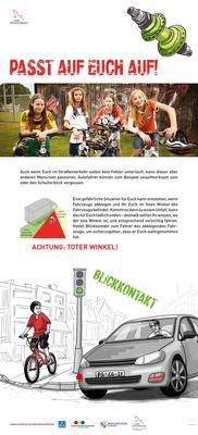 Wanderausstellung in Schulen zum Verhalten im Straßenverkehr mit Fahrrädern für die IVS: Eine von fünf Tafeln. Infografik von den museumsfreunden, Illustrationen von Christine Kleicke, 1 m x 2,2 m.