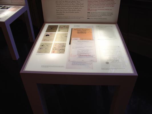 Auf den Sitzflächen sind die Repliken der Dokumente von unten beleuchtet.