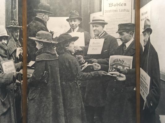 In der 2. Kabine eine Szene mit Wahlagitation vor einem Wahllokal, 19. Januar 1919.