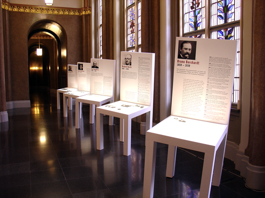 Die Ausstellung fand im Roten Rathaus und im Abgeordnetenhaus statt. 32 ausgewählte Politiker und ihre Schicksale wurden mit 32 Stuhlobjekten portraitiert.
