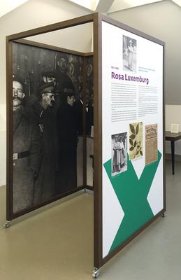 In jeder Wahlkabine wurde ein zeitgenössisches Foto stark vergrößert – in den so entstandenen Räumen taucht der Besucher in die Athmosphäre dieser Zeit ein.