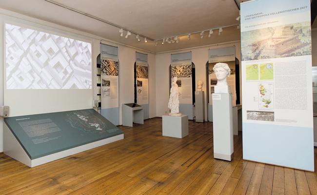 """Der Film war Bestandteil der Ausstellung """"Pergamon Wiederbelebt! Die antike Residenzstadt in 3D"""" des Antikenmuseums Leipzig 2018. Die Tafeln gestalteten ebenfalls die museumsfreunde."""