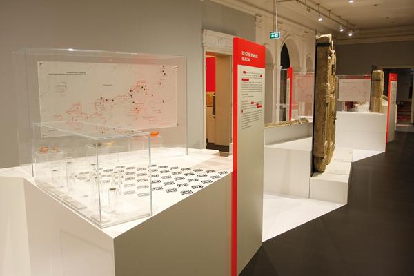 Im diesem Bereich des Hauptraumes wird die jüdisch und römische Produktion von Öllampen erläutert. Die Verbreitungskarten in den Vitrinen sind Digitaldrucke auf transluzenter Folie, die von hinten auf Acrylglas kaschiert sind.