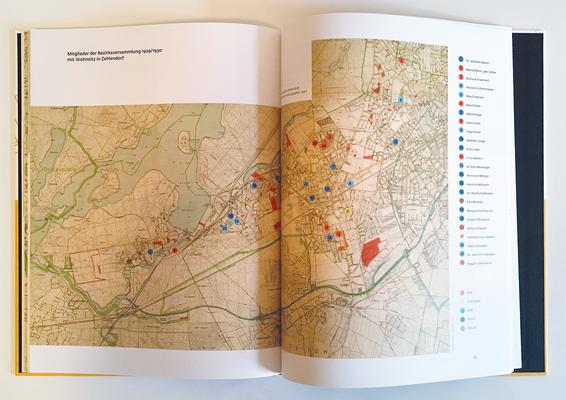 Historischer Stadtplan von Zehlendorf. Die Wohnorte der Mitglieder der Bezirksversammlung und ihre Parteizugehörigkeit sind markiert.