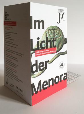 """Sechsseitiger Einladungsflyer für die Ausstellung """"Im Licht der Menora"""" von aussen."""