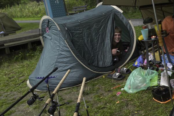 Micha Konecny blijft nog even in de tent. Hij en Branco Verbroekken scoren wel de zwaarste karper (7kg) van dag 2.