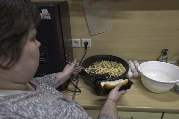 Staschya en Jos van Horzen zorgen weer goed voor de deelnemers met het befaamde broodje ei met spek tegen het krieken van de dag.