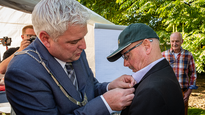 Burgemeester Eric Geurts onderscheidt Wiel Collaris met de gemeentespeld van Beekdaelen