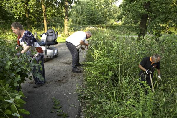 Peter van Horzen en Jan Brouns voeren het groen af.
