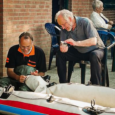 Paul Vandewal en Loek bij het plakken van de boot.