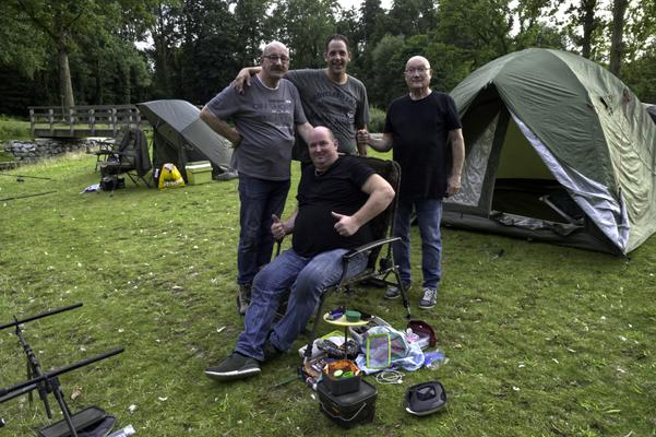 v.l.n.r.: Karl & Tristan Deitz, Hub Pinxt & Nico Backus vol goede moed op vijver 2.