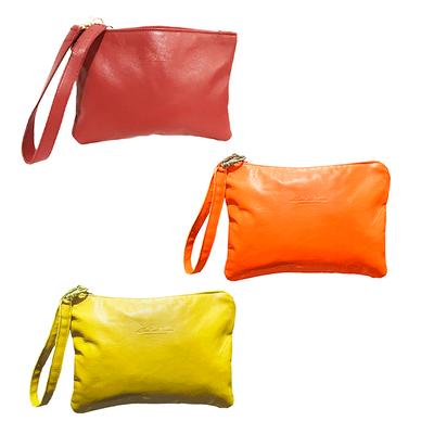 Pochette borsa modello Sofia realizzata nel laboratorio artigianale di Mariarosaria Ferrara Ischia; Disponibile in varie misure e colori, giallo arancione e rosso.