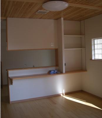 キッチンの裏側・ダイニング側には収納スペース