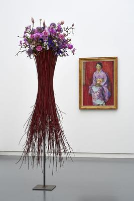 Werk: Cuno Amiet, Die violette Japanerin (Savada), 1933 / Florale Interpretation: Andreas Geissmann, Dübendorf / Aargauer Kunsthaus, Aarau / Blumen für die Kunst, 18.3 – 23.3.2014 / Foto: David Aebi, Burgdorf