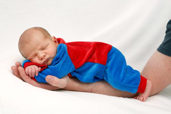 Newborn Shooting, Baby Bub auf Papis Arm, Rickenbach