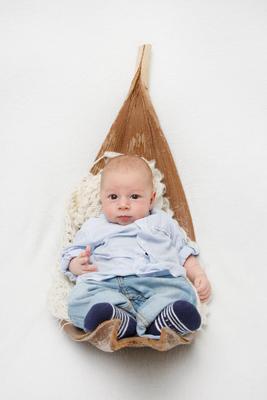 Newbornfotoshooting, Baby liegt im Bananenblatt, Beromünster