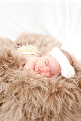 Babyfotografie, gemütliches schlafen auf der Felldecke, Gontenschwil