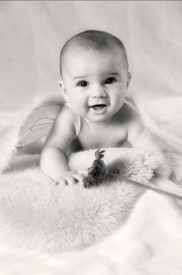Baby Homeshooting, Baby mit Flügeln und zauberhaften Lächeln ♥ Schwarzweiss