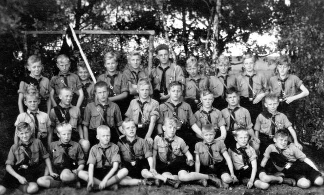Die Teilnahme i.d. Hitlerjugend war ab 1939 Pflicht. Jedoch fühlte sich keiner wirklich gezwungen. Man ging gerne zu den Treffen. Selbst Marschieren machte mit Freunden und in einer Gruppe Spaß.  Nach Vollendung des 16. Lj.
