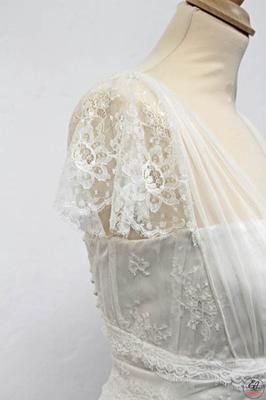 robe-de-mariée-grenoble-detail-manche-dentelle-de-calais-caudry-sophie-hallette-fine-fleurie-creation-emmanuelle-gervy