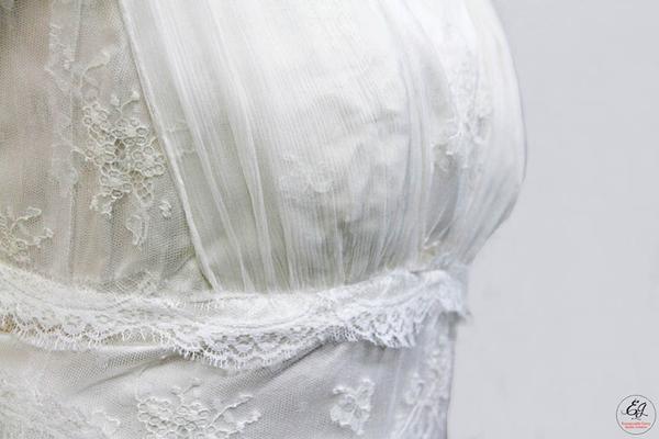robe-de-mariee-grenoble-detail-poitrine-dentelle-de-calais-caudry-sophie-hallette-fine-fleurie-creation-emmanuelle-gervy