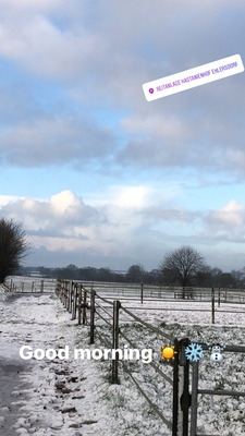 Blick über die Winterpaddocks (vorne) & und die Sommerweiden (hinten) bei Schnee. (Foto: Susnnah Bock)
