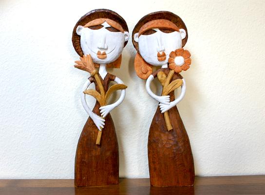 Zwei Blumenfrauen Pappelholz gebeizt.