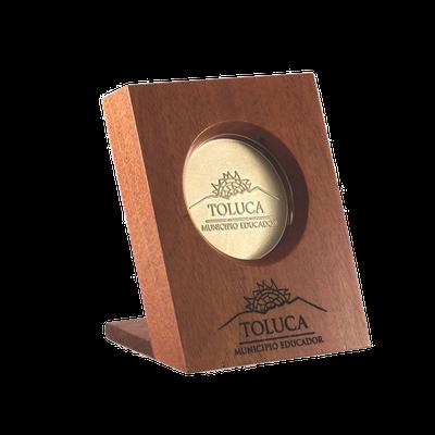 #moneda en chapa de oro, 5cm, en base de #madera caoba, 12cm, con grabado en madera, cod.543099